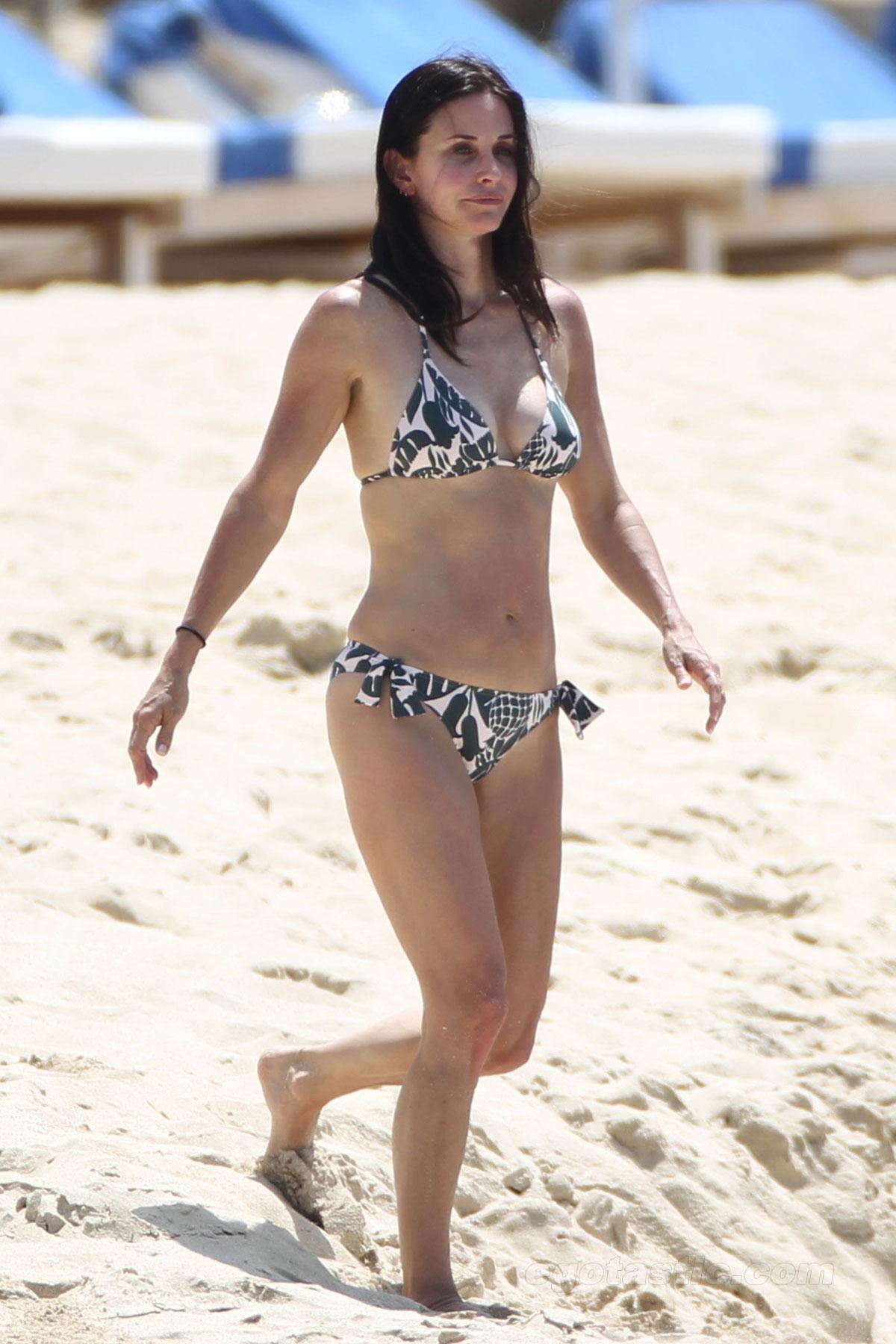 http://therealmanslist.files.wordpress.com/2011/03/courteney-cox-st-barts-bikini-01.jpg